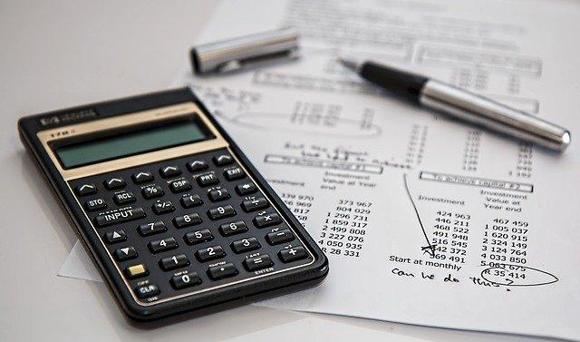 Photo d'une calculatrice et d'une facture