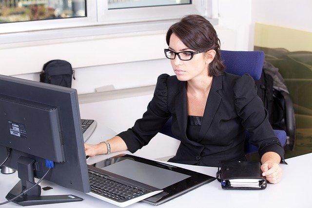 Photo d'une secrétaire à son bureau