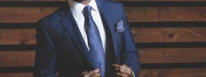 Homme habillé en costume et cravate
