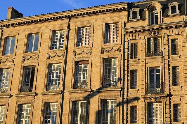 Facade d'un immeuble couleur or